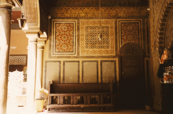 Arabesque-stye geometric patterns on the walls and arches