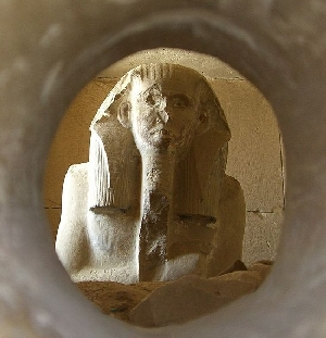 Looking into the serdab at King Djoser (courtesy of Wikimedia Commons)