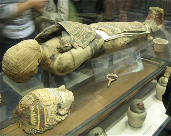 Ptolemaic Period mummy on display at the Louvre,Département des Antiquités égyptiennes. This sort of intricate wrapping would have required constant manipulation of the body, including the limbs. Could this be done with a fully dehydrated body? (Photo by Dada)
