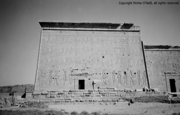 023 - richie04 - bw side of dendera