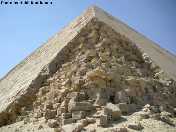 Detail of the casing stones on the corner of the Bent Pyramid showing the precision with which they were cut and laid (Photo by Heidi Kontkanen)