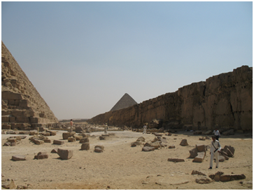 Khafre's pyramid is directly built in a large quarry