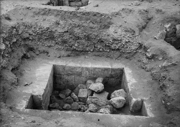 Cemetery G 2100: shaft of G 2100 A, before clearing, showing portcullis grooves, looking north. Courtesy of Digital Giza: The Giza Project at Harvard University/Museum of Fine Arts Boston, photo ID HUMFA_B671_NS.