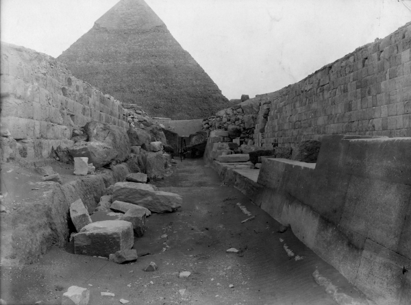G 4000: street east of G 4000, Hemiunu, exterior wall of corridor chapel (foreground right), looking south, photo by Kunsthistorisches Museum Vienna, courtesy of Digital Giza: The Giza Project at Harvard University/Museum of Fine Arts Boston, photo ID KHM_AEOS_I_5263.