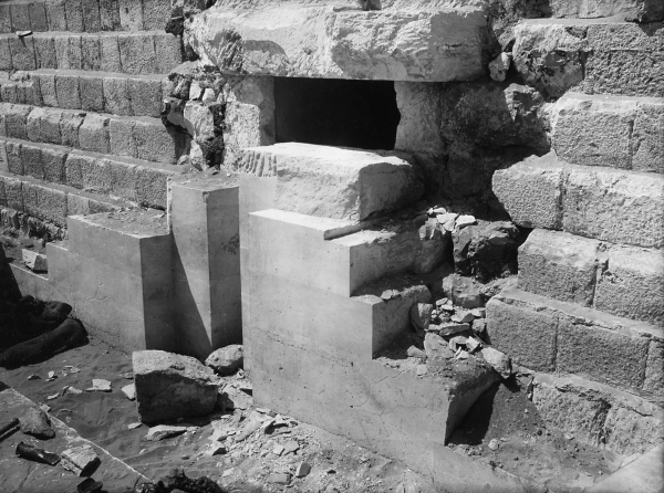 Cemetery G 1200: G 1231 (= G 1234), entrance of court, eastern door jamb, inscription and relief (standing figure of Ankh-haf), looking east-southeast, Courtesy of Digital Giza: The Giza Project at Harvard University/Museum of Fine Arts Boston, photo ID HUMFA_A6492_NS.