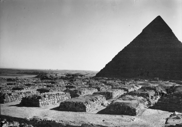 Cemetery G 4000, general view, G 4160 (foreground right), G 4260 (foreground center), G 4360 (foreground left), looking southeast to Khafre's Pyramid. Courtesy of Digital Giza: The Giza Project at Harvard University/Museum of Fine Arts Boston, photo ID KHM_AEOS_I_5154.