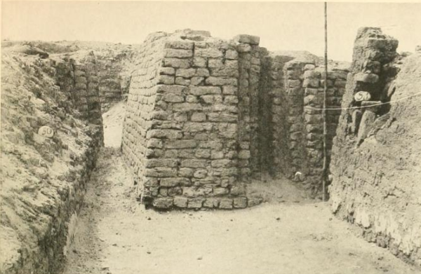 Offering recess in the eastern wall of a Third Dynasty mastaba at Reqaqnah (R 54), photo by John Garstang, public domain.