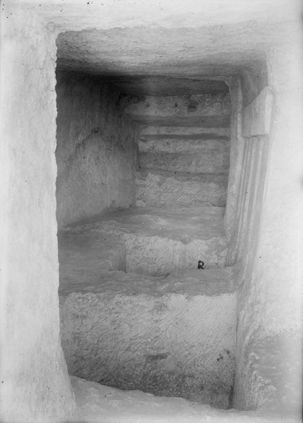 G 1607, Ian, chapel, looking south. Photo ID HUMFA_B8349_NS, photo and description courtesy of the Giza Archives maintained by Harvard University and the Museum of Fine Arts Boston, online at Digital Giza.
