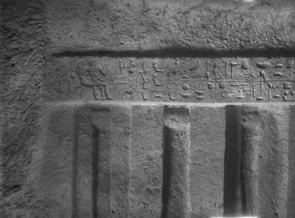G 1607, Ian, chapel, western wall, inscribed architrave above niches, southern part (seated figures of Ian and Nefery at southern end), looking west. Photo ID HUMFA_A7236_NS, photo and description courtesy of the Giza Archives maintained by Harvard University and the Museum of Fine Arts Boston, online at Digital Giza.