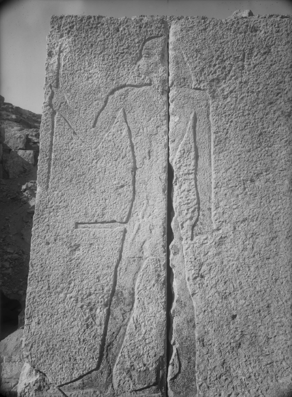 G 2088, sunk relief standing male figure on ashlars facing back of portico, north of doorway, looking west; since figure is oriented facing into chapel, it probably represents Pehenptah, son of Kakhent. Photo ID HUMFA_A8063A_NS, photo and description courtesy of the Giza Archives maintained by Harvard University and the Museum of Fine Arts Boston, online at Digital Giza.