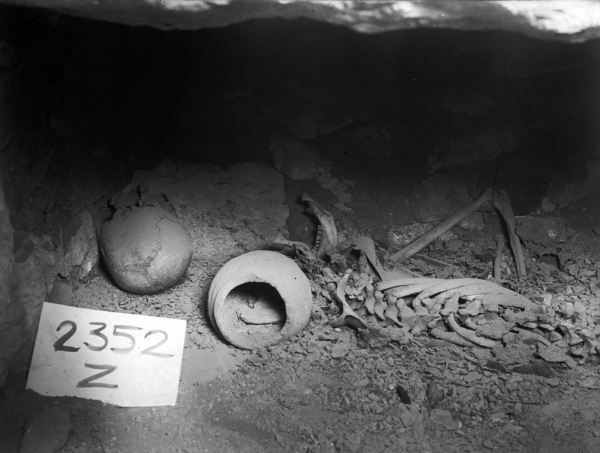G 2352 Z, burial (skeleton), pottery jar in situ. Photo ID HUMFA_C3151_NS, photo and description courtesy of the Giza Archives maintained by Harvard University and the Museum of Fine Arts Boston, online at Digital Giza.