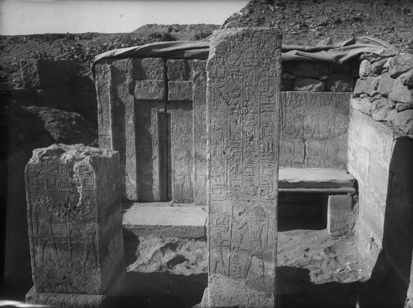 G 2430, Nihetepptah, chapel, two pillars and false door inscribed for Nihetepptah, looking west. Photo ID HUMFA_A7720_NS, photo and description courtesy of the Giza Archives maintained by Harvard University and the Museum of Fine Arts Boston, online at Digital Giza.